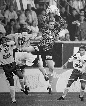 26 juni  Per Fahlström snyter bollen framför Patrik Olsson. Övriga  Hammarbyare är Jean-Paul Vonderburg och Mikael Hellström. Bild i  100-årsboken. 0d70e69c93225